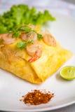 Tagliatelle tailandesi del cuscinetto fritte in involucri dell'uovo fotografia stock