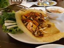 Tagliatelle tailandesi tailandesi della frittura di scalpore dell'alimento del cuscinetto fotografia stock
