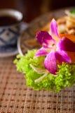 Tagliatelle tailandesi servite e una tazza di tè Fotografia Stock Libera da Diritti