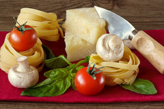 Tagliatelle, Tomaten, Parmesankäse und Champignons. Stockbilder