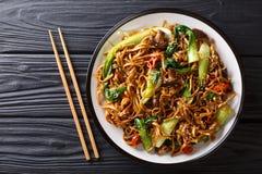 Tagliatelle vegetariane asiatiche del udon dell'alimento con il cavolo cinese del bambino, i funghi di shiitake, il sesamo ed il  fotografie stock libere da diritti