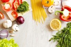 Tagliatelle verdi della frutta delle verdure sulla tavola immagini stock