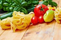 Tagliatelledeegwaren en groenten op lijst Stock Afbeelding
