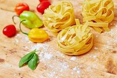 Tagliatelledeegwaren en groenten op lijst Royalty-vrije Stock Foto
