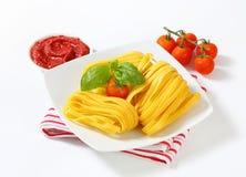 Tagliatelledeegwaren en tomatenpuree Stock Fotografie