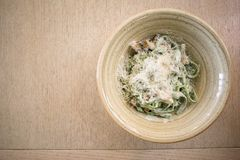 Tagliatelledeegwaren met spinazie, champignons en parmezaanse kaaskaas, hoogste mening stock fotografie