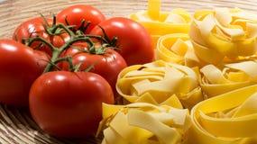 Tagliatelledeegwaren met tomaten Stock Foto