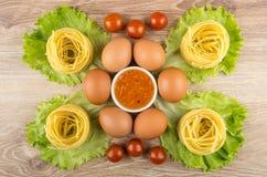 Tagliatelles de pâtes, laitue, oeufs, cerise de tomate et cuvette de sauc Images libres de droits