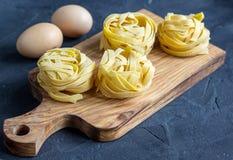 Tagliatelles italiennes crues de pâtes image libre de droits