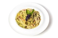 Tagliatelles vertes de pâtes d'épinards avec le lard, la Turquie et le parmesan image libre de droits