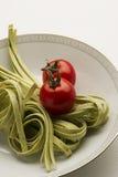 Tagliatelli pasta och nya tomater Arkivbild