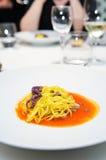Tagliatini kochte mit Thunfisch vor Lizenzfreie Stockfotografie