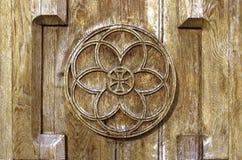 Tagliato sulla porta di legno della chiesa il suncon un incrocio Fotografia Stock Libera da Diritti