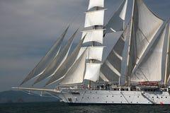 Tagliatore di navigazione sotto la vela piena Immagine Stock