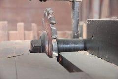Tagliatrice alla fabbrica di legno del mulino fotografia stock