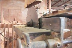 Tagliatrice alla fabbrica di legno del mulino immagine stock