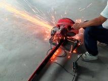 Tagliatrice d'acciaio di uso di Smith che taglia acciaio sul pavimento fotografie stock libere da diritti