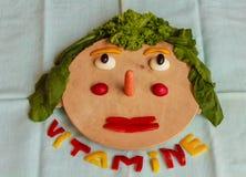 Tagliere con i pezzi di verdure variopinte su una linguetta blu Immagine Stock