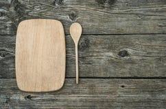 Tagliere con il cucchiaio su fondo di legno rustico Fotografia Stock Libera da Diritti