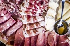 Tagliere con il formaggio del salame di prosciutto di Parma Immagine Stock Libera da Diritti