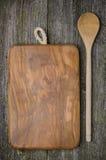 Tagliere d'annata con spazio per testo ed il cucchiaio su vecchio w Fotografie Stock Libere da Diritti