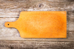 Tagliere d'annata vuoto sul fondo dell'alimento Fotografia Stock