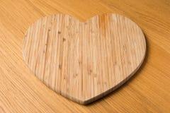Tagliere del cuore di legno Fotografie Stock