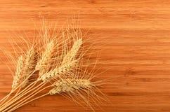 Tagliere di bambù di legno con nove orecchie del grano Fotografie Stock Libere da Diritti