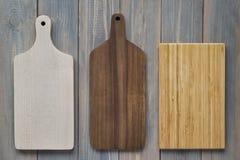 Tagliere di legno di bambù su un fondo grigio di legno immagini stock libere da diritti