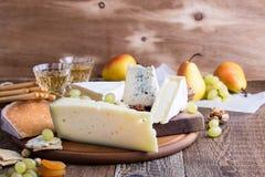 Tagliere di legno del formaggio, della frutta e del vino Immagine Stock