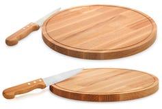 Tagliere di legno e coltello isolati su fondo bianco insieme fotografia stock