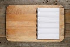 Tagliere e libro di cucina fotografie stock libere da diritti