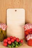 Tagliere ed inscatolato casalingo e ortaggi freschi Immagini Stock