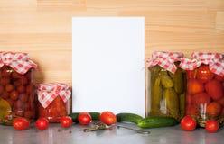 Tagliere ed inscatolato casalingo e ortaggi freschi Immagine Stock Libera da Diritti