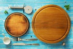 Tagliere ed utensili della pizza a legno Fotografia Stock