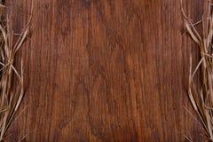 Tagliere rustico di legno vuoto con lo spazio della copia della paglia per testo Fotografia Stock Libera da Diritti