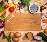 Tagliere, verdure, erbe e spezie Ingrediente variopinto Fotografie Stock Libere da Diritti