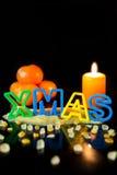 Taglierina del biscotto che sviluppa il natale di parola, i mandarini e la candela, bla Immagine Stock