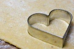 Taglierina del biscotto del cuore immagine stock libera da diritti