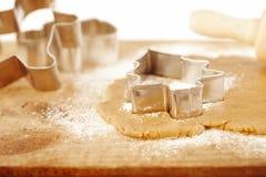 Taglierina del biscotto dell'albero del pan di zenzero di natale Immagini Stock