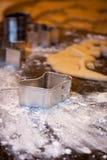 Taglierina del biscotto della calza sulla lastra di marmo Fotografia Stock Libera da Diritti
