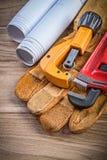 Taglierina di tubo della chiave inglese dei guanti di sicurezza dei disegni di costruzione sopra Fotografia Stock