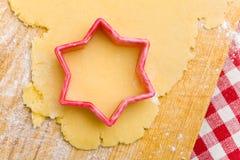 Taglierina a forma di stella del biscotto su pasta Fotografia Stock