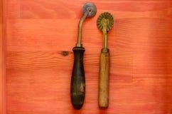Taglierine d'annata della tagliatella su fondo di legno Fotografie Stock