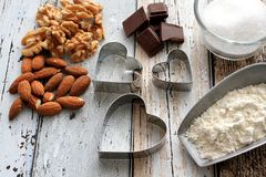 Taglierine del biscotto di Natale con gli ingredienti di cottura fotografie stock libere da diritti