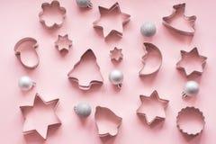 taglierine Natale-di tema del biscotto Taglierine del biscotto di Natale sul rosa Scheda di festa Immagine Stock