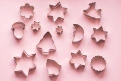 taglierine Natale-di tema del biscotto Taglierine del biscotto di Natale sul rosa Scheda di festa Fotografia Stock Libera da Diritti