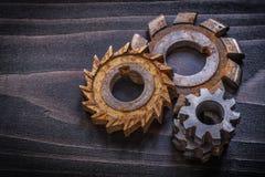 Taglierine rotatorie antiche sulla costruzione d'annata del bordo di legno concentrata Fotografia Stock