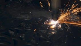 Taglio artistico delle lamine di metallo, primo piano del laser nella fabbricazione archivi video