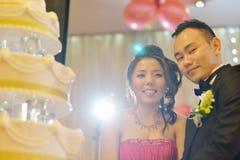 Taglio asiatico della torta nunziale Immagine Stock Libera da Diritti